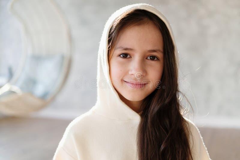 Fermez-vous vers le haut du portrait de la jeune belle adolescente caucasienne dans le capot Brune mignonne d'enfant images stock