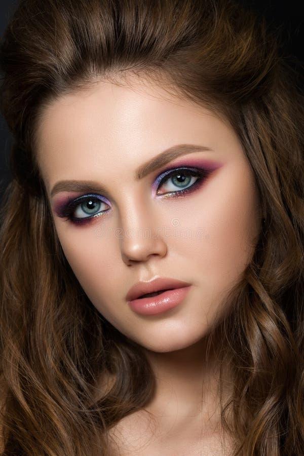Fermez-vous vers le haut du portrait de la jeune belle femme avec le maquillage de mode photo libre de droits
