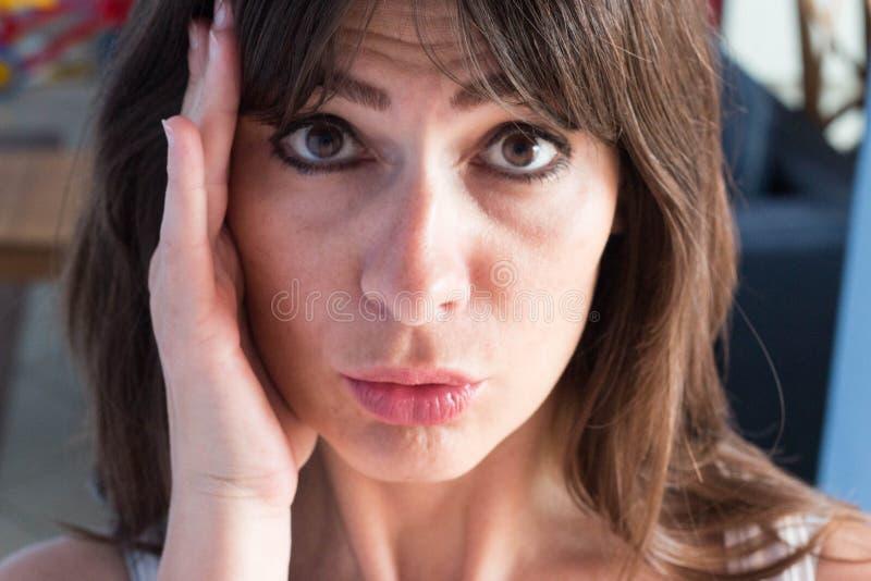 Fermez-vous vers le haut du portrait de la jeune femme caucasienne avec de longs cheveux et Ba images libres de droits