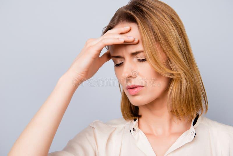 Fermez-vous vers le haut du portrait de la jeune femme dipressed avec le hai blond court photos libres de droits