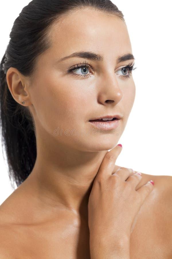 Fermez-vous vers le haut du portrait de la jeune femme nue regardant loin photographie stock