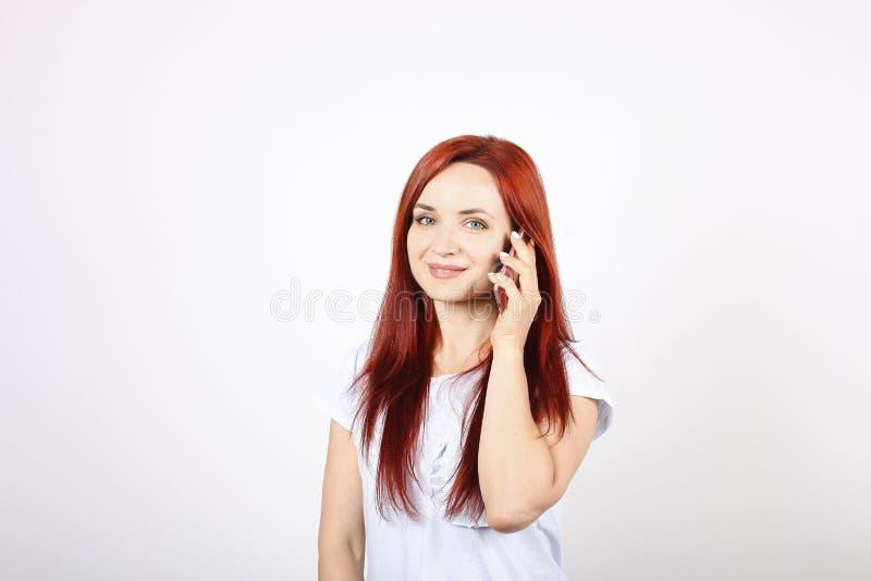 Fermez-vous vers le haut du portrait de la jeune femme réussie d'affaires posant et montrant des émotions sur le fond blanc photos libres de droits