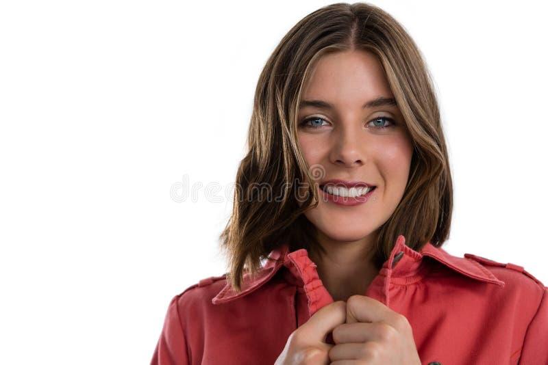Fermez-vous vers le haut du portrait de la jeune femme de sourire images stock