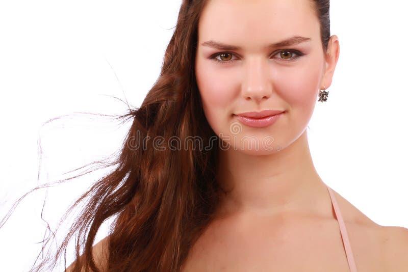Fermez-vous vers le haut du portrait de la jeune fille brune attirante de cheveux photographie stock
