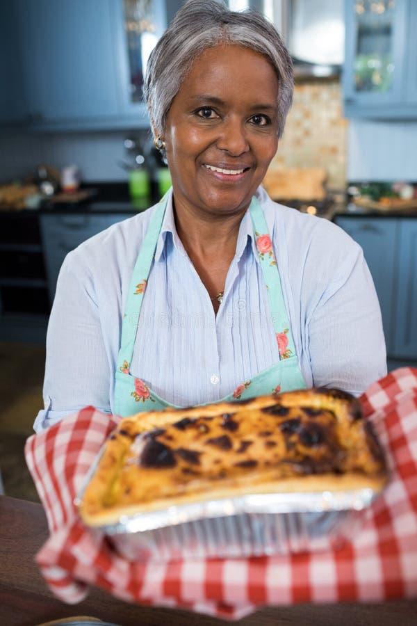 Fermez-vous vers le haut du portrait de la nourriture cuite au four par apparence supérieure de femme photos stock