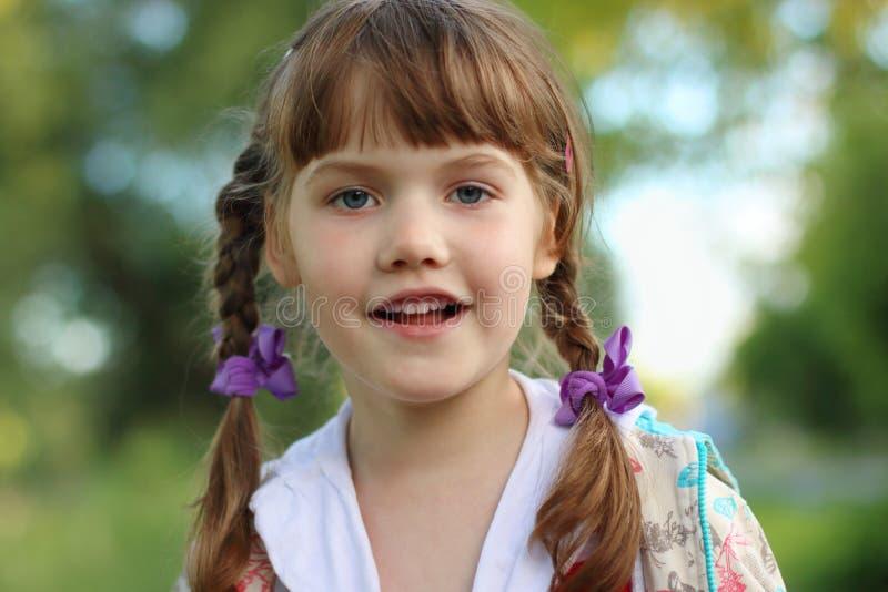 Fermez-vous vers le haut du portrait de la petite fille assez de sourire image stock