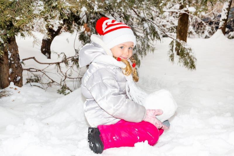 Fermez-vous vers le haut du portrait de la petite fille heureuse adorable grimaçant heureusement à l'appareil-photo un jour ensol image libre de droits