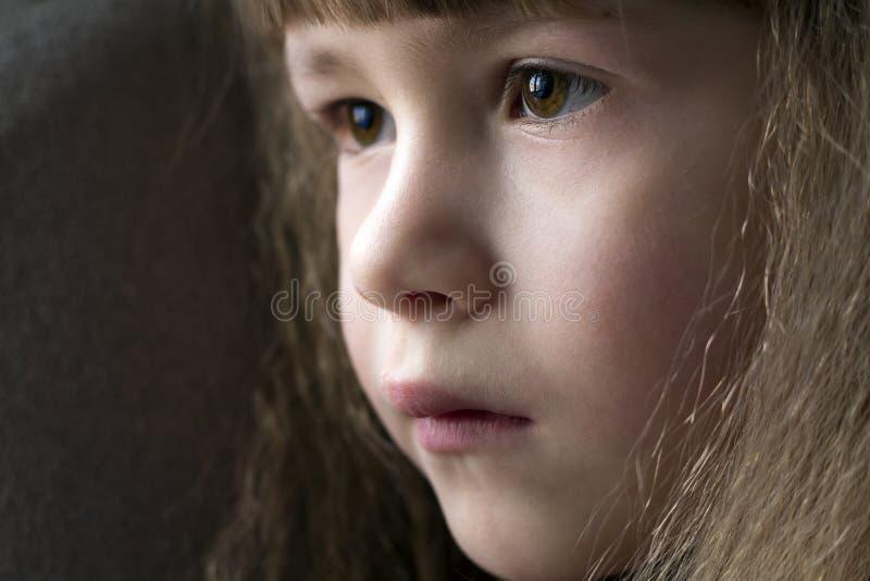 Fermez-vous vers le haut du portrait de la petite fille de sourire heureuse avec du beau Th photographie stock libre de droits