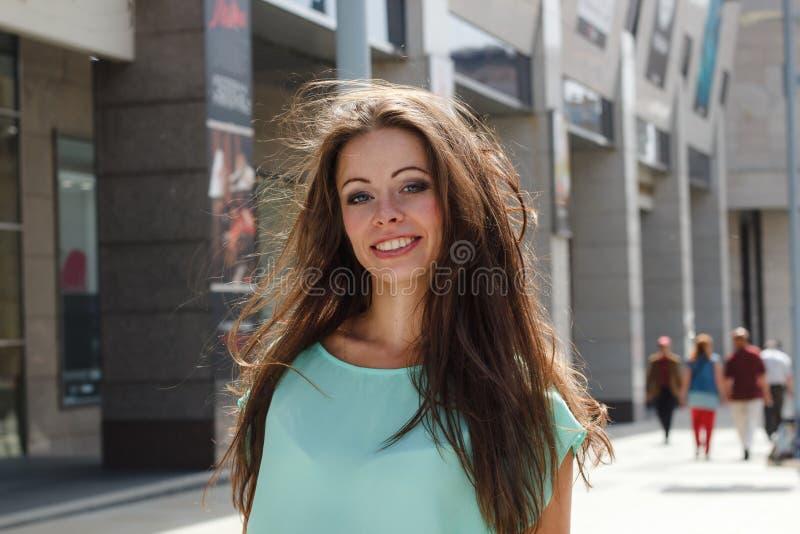 Fermez-vous vers le haut du portrait de mode d'une belle femme de sourire photographie stock