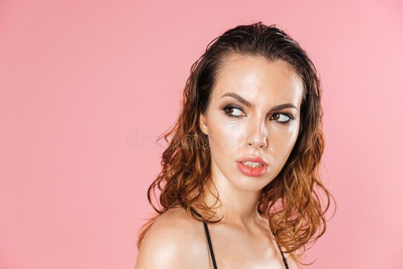 Fermez-vous vers le haut du portrait de mode d'une jolie jeune femme photos stock
