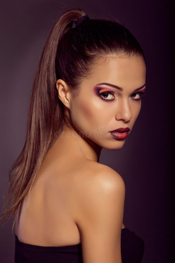 Fermez-vous vers le haut du portrait de mode Tir modèle Maquillage et coiffure image stock