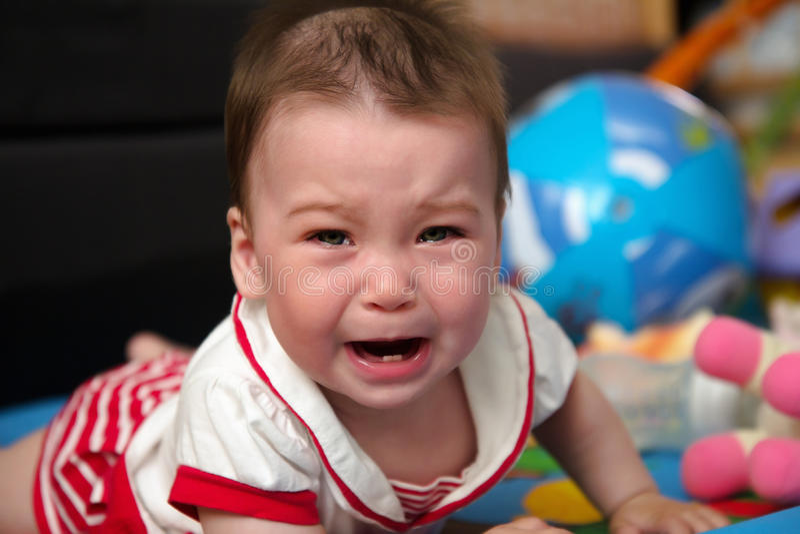 Fermez-vous vers le haut du portrait de pleurer de petite fille photographie stock
