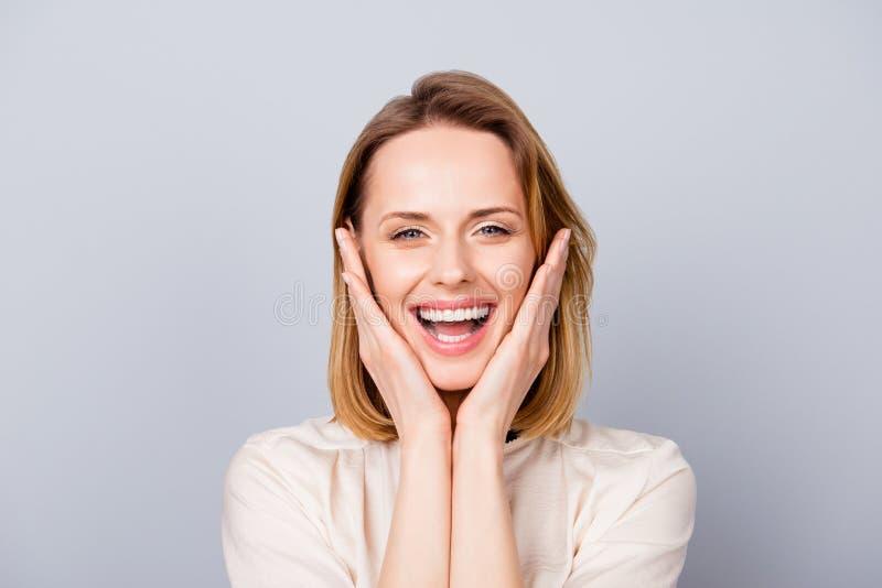 Fermez-vous vers le haut du portrait de rire et de touchin mignons drôles de jeune femme image stock