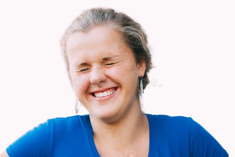 Fermez-vous vers le haut du portrait de rire la jeune fille caucasienne photos libres de droits