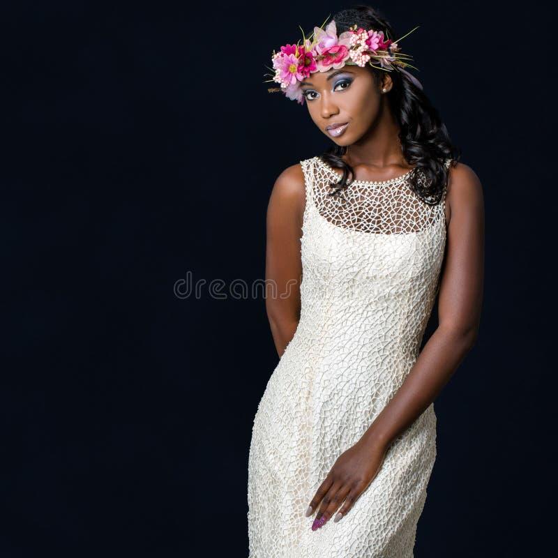 Fermez-vous vers le haut du portrait de studio du jeune weari africain attrayant de jeune mariée photo libre de droits