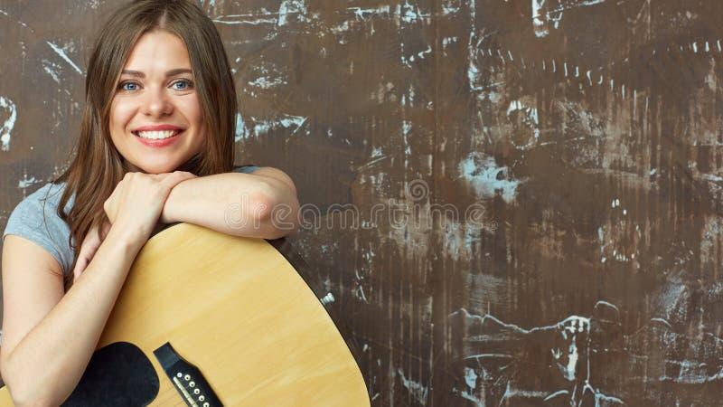 Fermez-vous vers le haut du portrait de visage de la fille de sourire avec la guitare images libres de droits