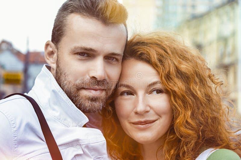 Fermez-vous vers le haut du portrait des couples heureux ensemble, jour, extérieur images libres de droits