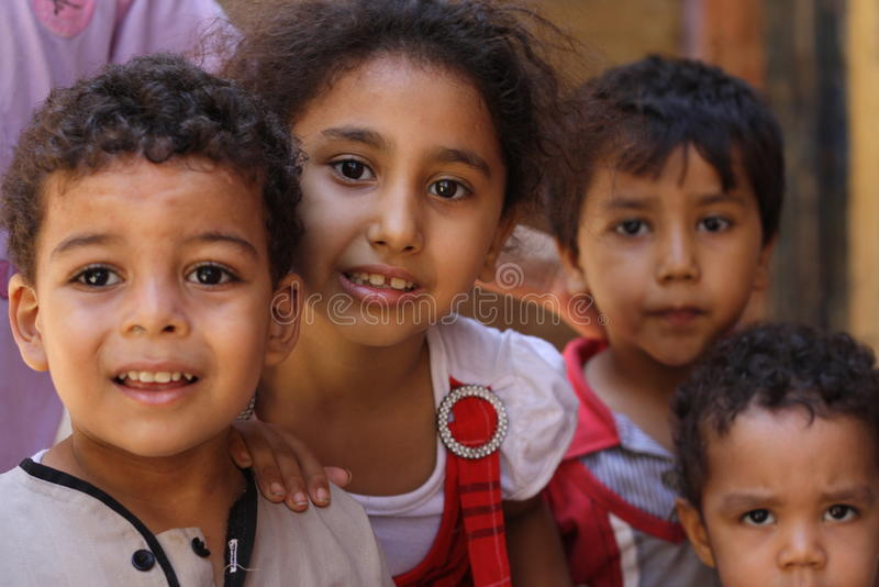 Fermez-vous vers le haut du portrait des enfants égyptiens heureux dans l'événement chairty photo libre de droits