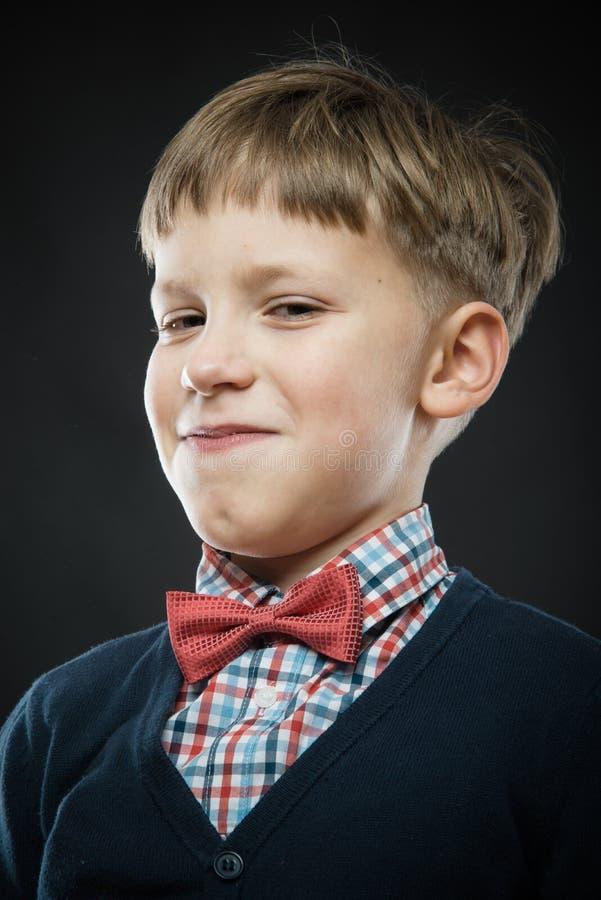Fermez-vous vers le haut du portrait du garçon suffisant photographie stock libre de droits
