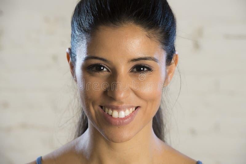 Fermez-vous vers le haut du portrait du jeune beau et heureux sourire hispanique de femme gai et amical images libres de droits