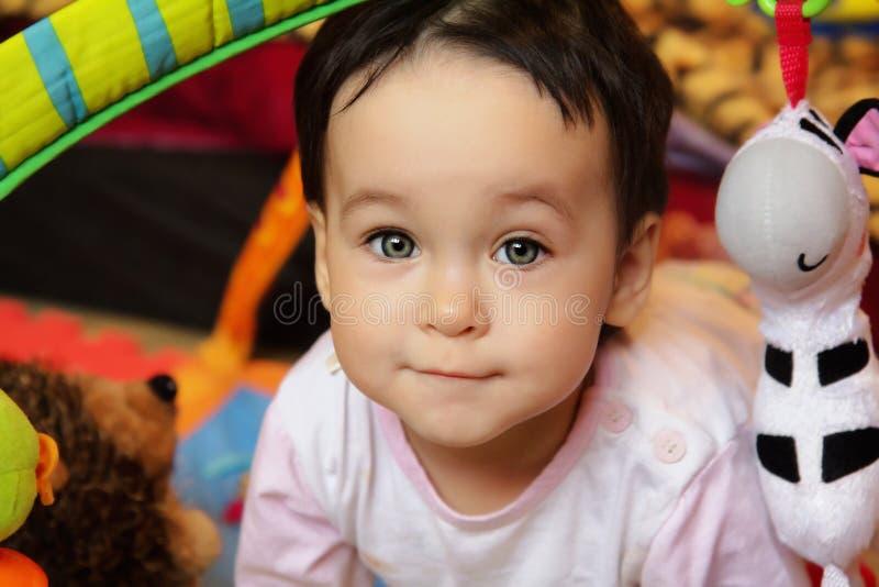 Fermez-vous vers le haut du portrait du joli bébé photos libres de droits