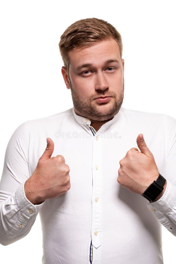 Fermez-vous vers le haut du portrait horizontal d'un homme bel avec une barbe, coupe de cheveux élégante, utilisant une chemise b images stock