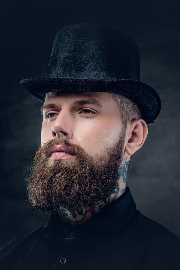 Fermez-vous vers le haut du portrait du mâle barbu avec le cou tatoué images libres de droits