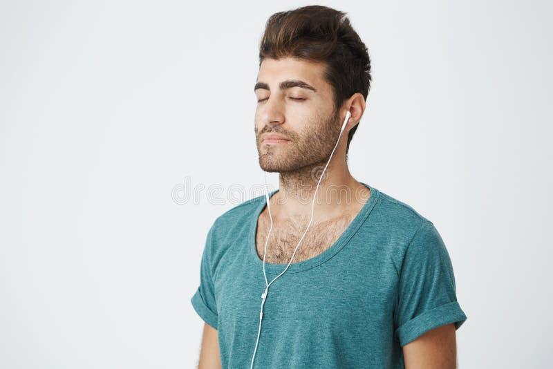 Fermez-vous vers le haut du portrait du mâle caucasien mûr décontracté utilisant la chemise bleue, avec des expressions paisibles photos stock