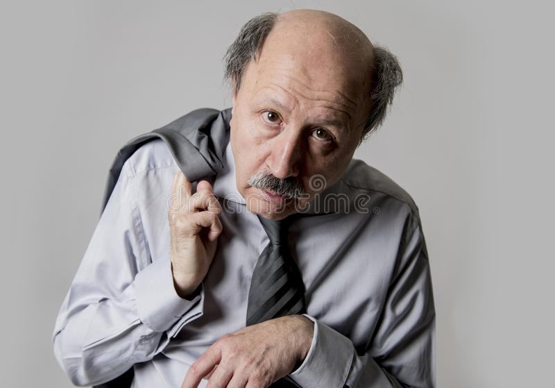 Fermez-vous vers le haut du portrait principal de l'homme supérieur chauve des affaires 60s triste et du d photo stock