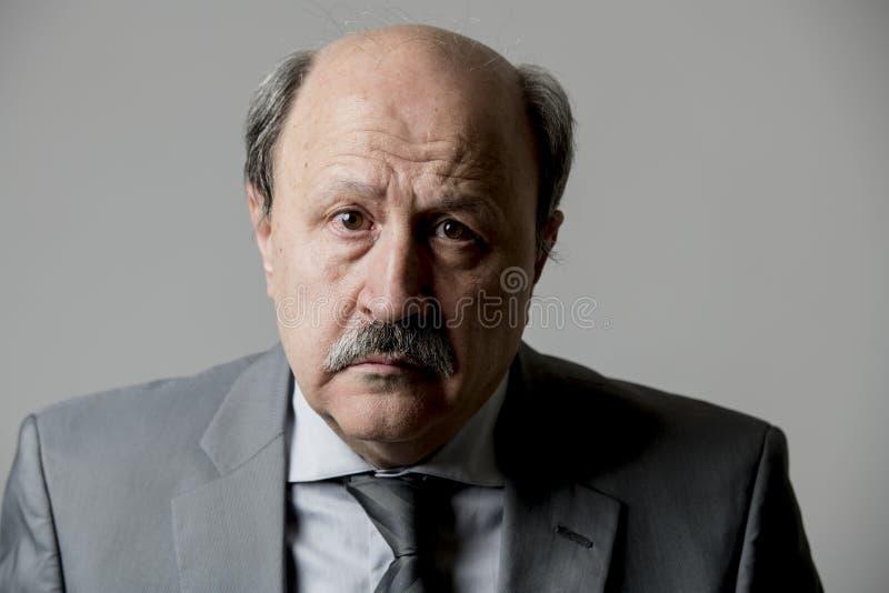 Fermez-vous vers le haut du portrait principal du regard triste et déprimé supérieur chauve d'homme des affaires 60s désespéré et photos libres de droits