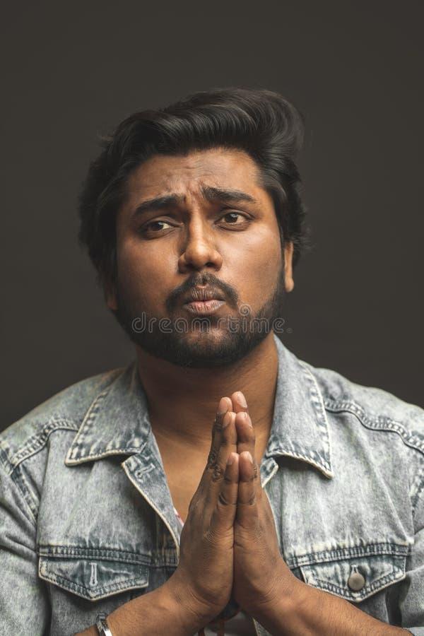 Fermez-vous vers le haut du portrait du type indien priant Dieu et demandant une aide photographie stock libre de droits