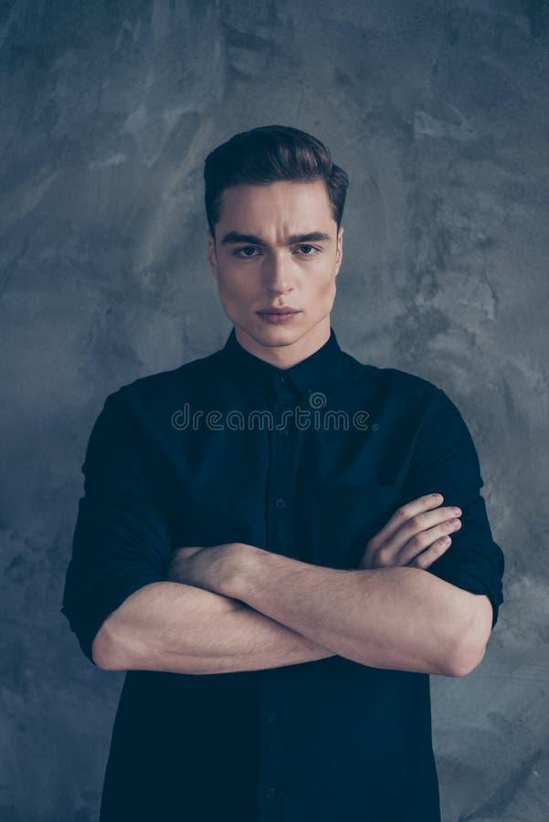 Fermez-vous vers le haut du portrait du type très attirant de jeunes dans l'équipement noir, photographie stock libre de droits