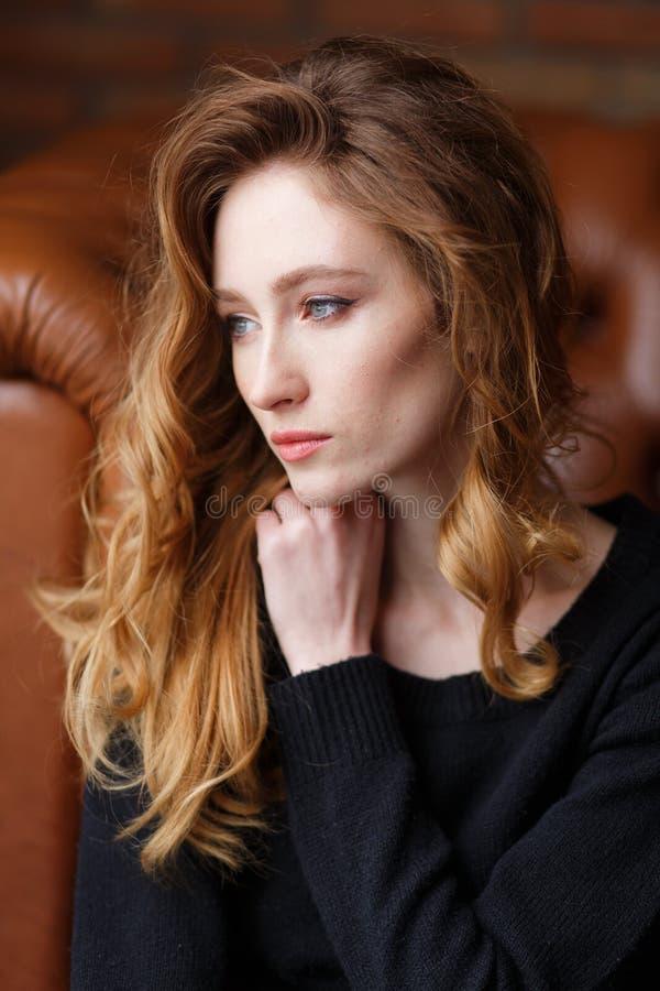 Fermez-vous vers le haut du portrait vertical de la jeune belle femme d'une chevelure rouge images libres de droits
