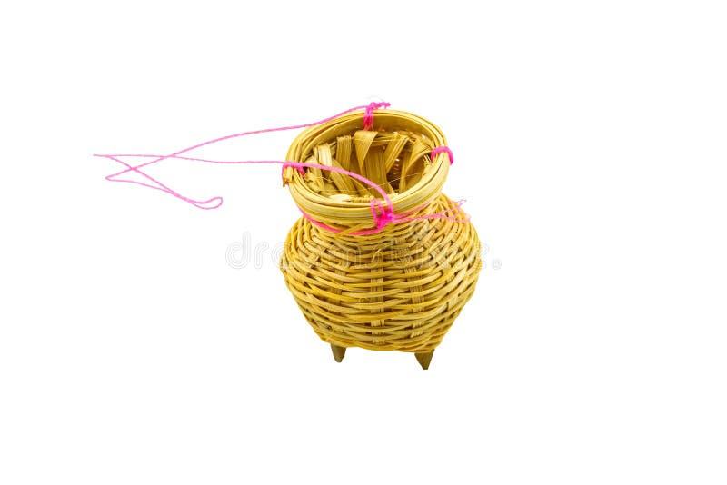 Fermez-vous vers le haut du récipient en bambou pour les poissons pêchés, un fishtrap sur le blanc Enregistré avec le chemin de c images stock