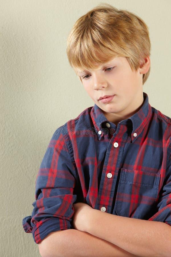 Fermez-vous vers le haut du renversement semblant le jeune garçon photos stock