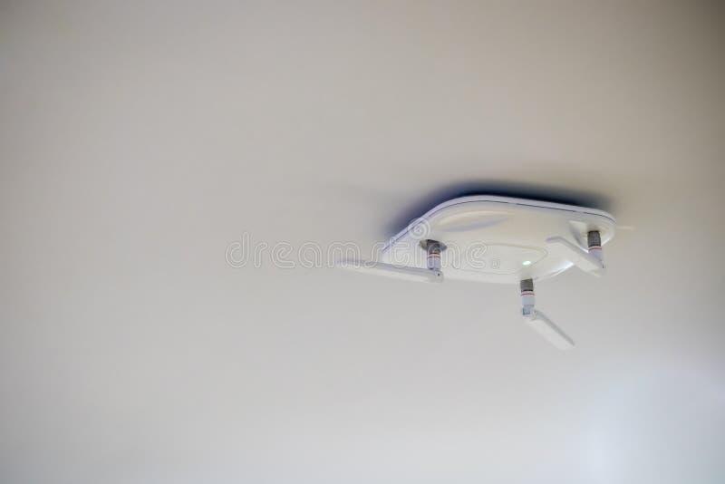 Fermez-vous vers le haut du routeur sans fil pour le réseau, coup sur le plafond images libres de droits