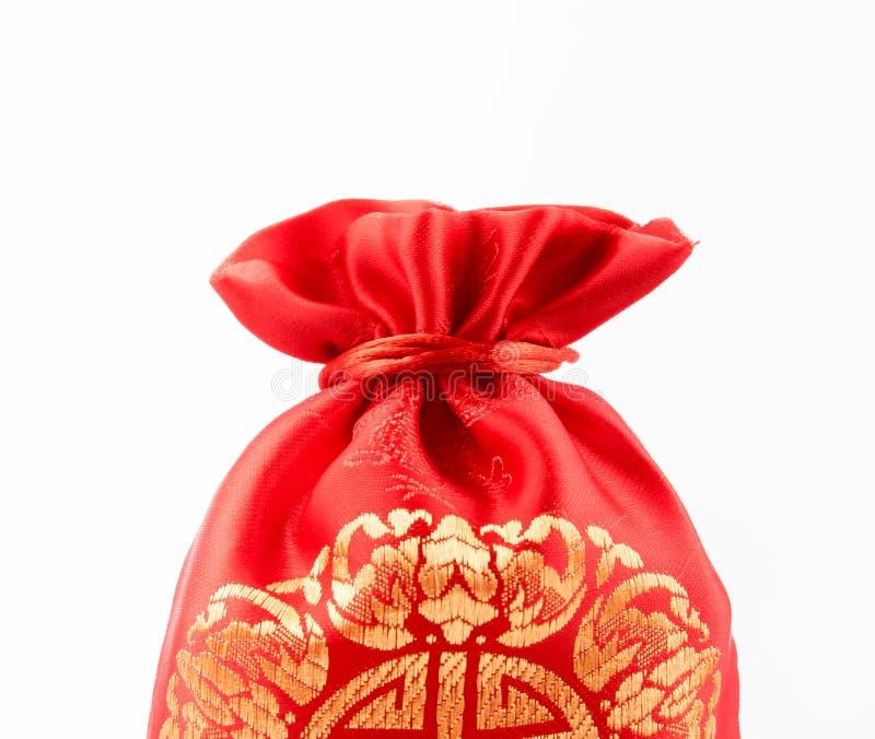 Fermez-vous vers le haut du sac rouge de tissu ou du prisonnier de guerre d'ANG avec le modèle de style chinois dessus image libre de droits