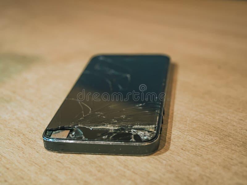 Fermez-vous vers le haut du téléphone brisé sur la table images libres de droits