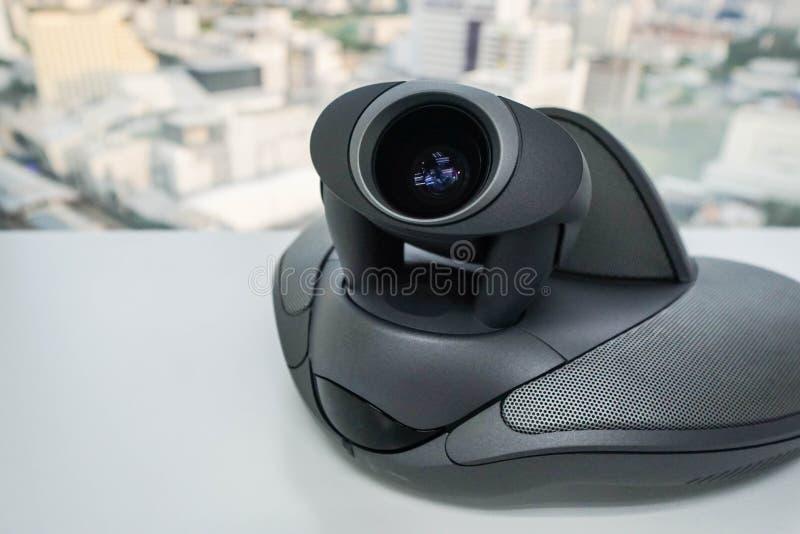 Fermez-vous vers le haut du téléphone de conférence avec l'appareil-photo sur la table image libre de droits