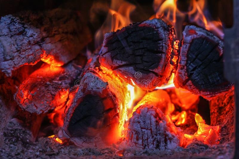 Fermez-vous vers le haut du tir du bois de chauffage brûlant dans le fourneau illustration de vecteur