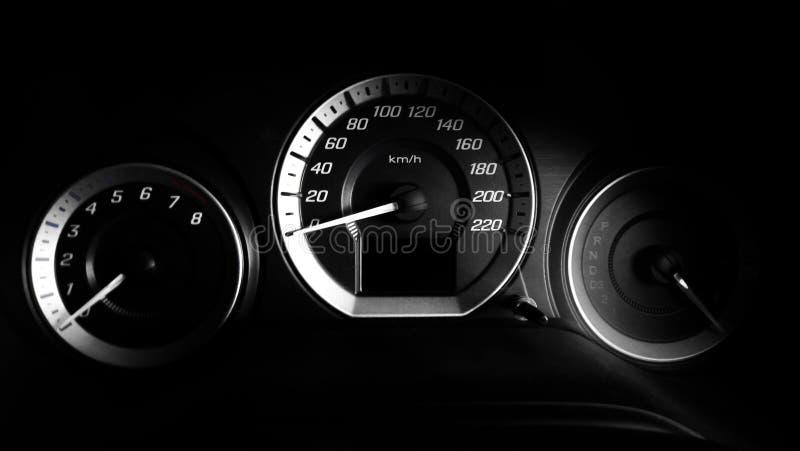 Fermez-vous vers le haut du tir d'un mètre de vitesse dans la voiture de luxe avec la lumière dramatique, discret photo stock