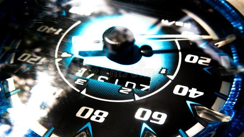 Fermez-vous vers le haut du tir d'un mètre de vitesse dans une voiture photos stock