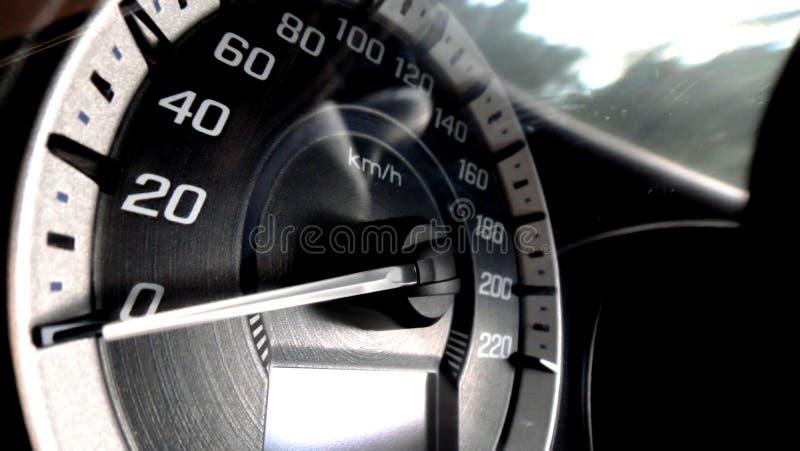 Fermez-vous vers le haut du tir d'un mètre de vitesse dans une voiture image libre de droits