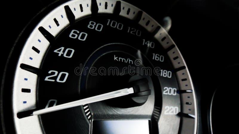 Fermez-vous vers le haut du tir d'un mètre de vitesse dans une voiture images libres de droits