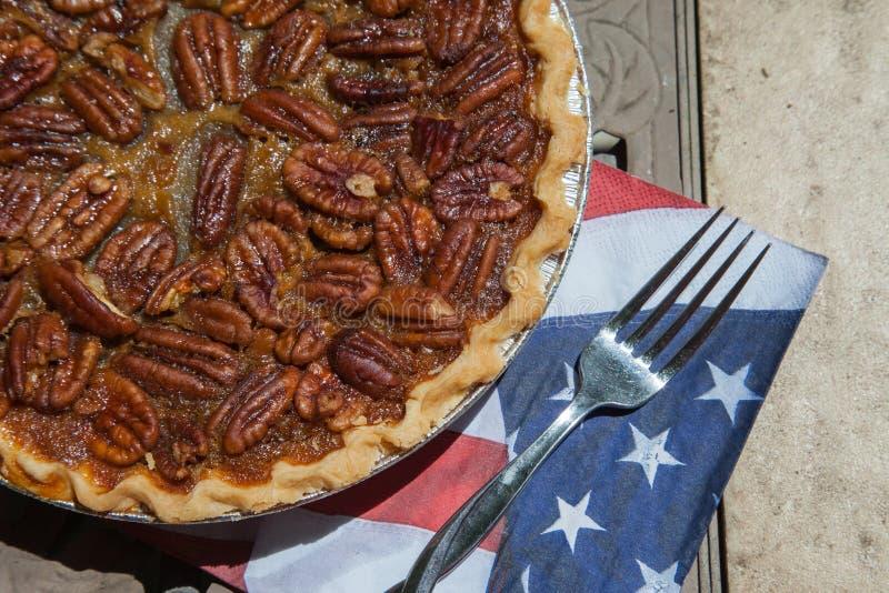 Fermez-vous vers le haut du tir d'un refroidissement de tarte aux noix de pécan Tarte aux noix de pécan faite maison classique am photos libres de droits