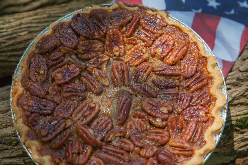 Fermez-vous vers le haut du tir d'un refroidissement de tarte aux noix de pécan Tarte aux noix de pécan faite maison classique am image stock