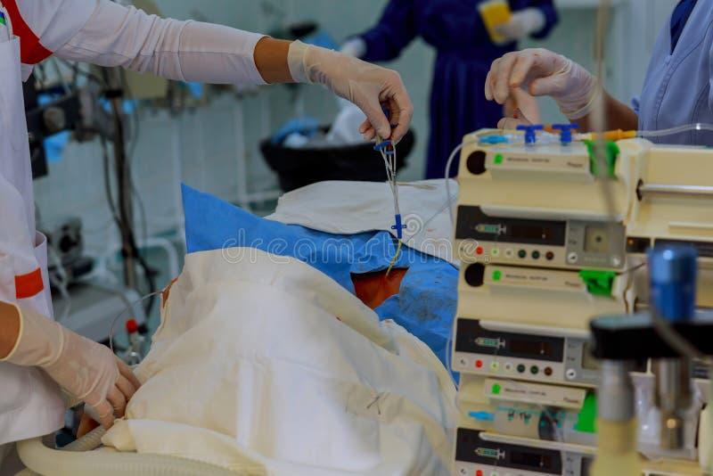Fermez-vous vers le haut du tir d'une infirmière se préparant à la chirurgie au théâtre d'opération de l'hôpital photographie stock libre de droits