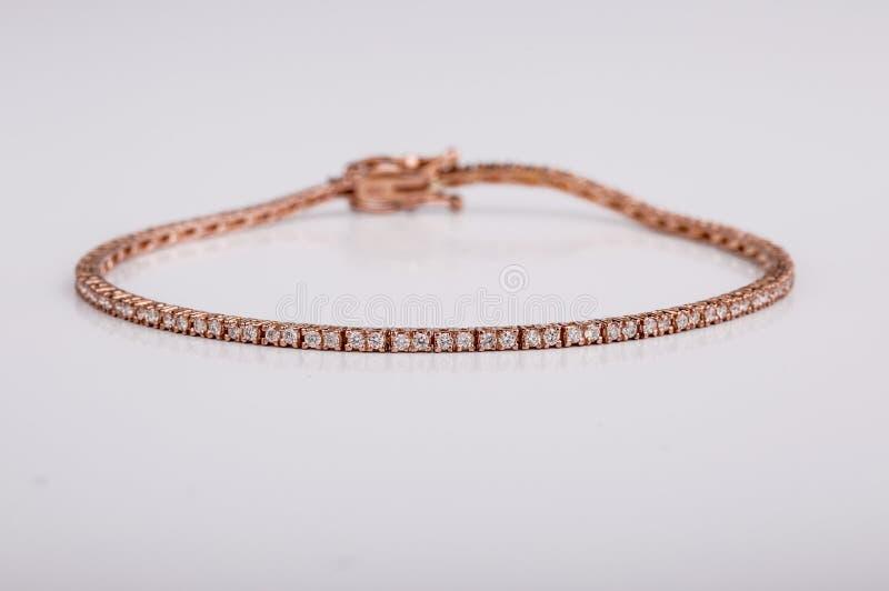 Fermez-vous vers le haut du tir de beaux bracelets de diamant sur le fond blanc photo stock