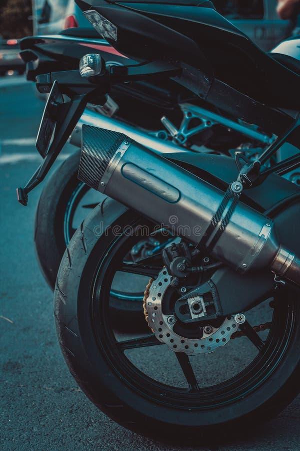 Fermez-vous vers le haut du tir de la moto arrière images stock