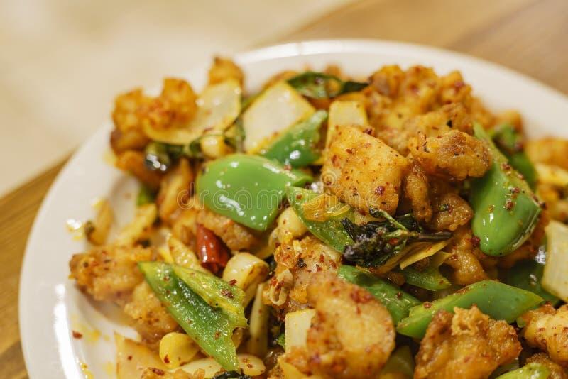 Fermez-vous vers le haut du tir du poulet avec le poivre et le poivron vert szechwan image stock